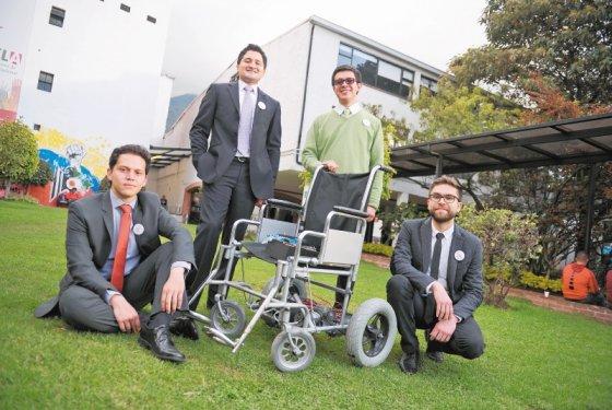 J venes colombianos inventan silla de ruedas que se mueve for Silla que se mueve