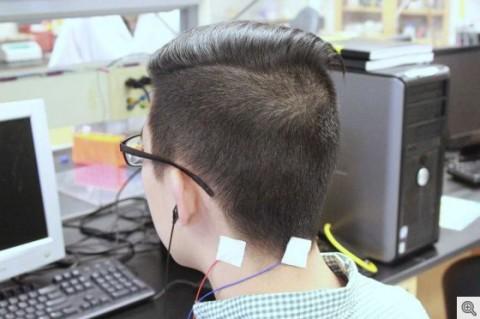 Dispositivo proporciona estimulación eléctrica y de sonido para reducir el tinnitus